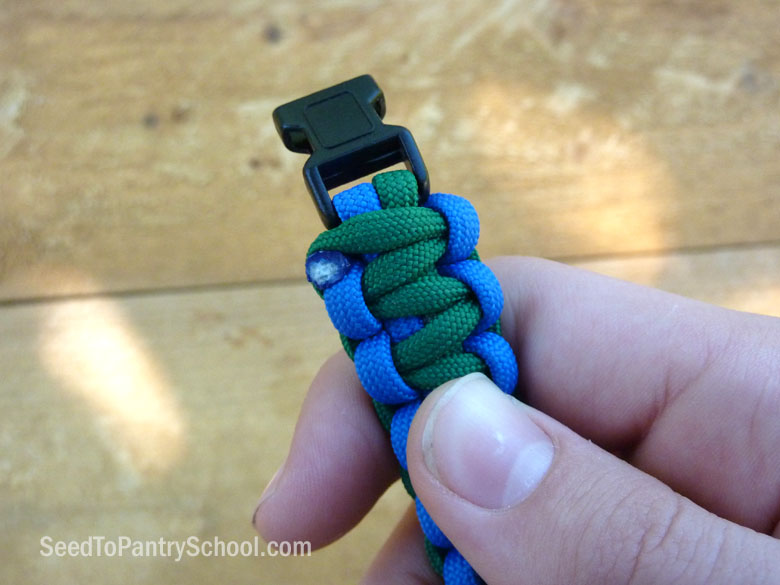 make-splint-with-paracord-bracelet